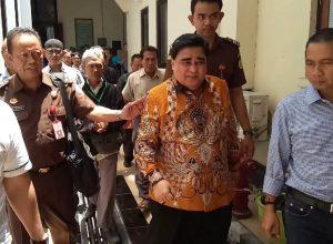 Dimas Kanjeng Taat Pribadi (kemeja batik) dikwal petugas keamanan usai menjalani sidang beberapa waktu lalu.