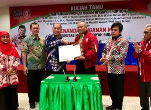 Teguh Samudera, Ketua Umum DPP Ferari dan Sukadiono, Rektor Universitas Muhammadiyah Surabaya bersalaman usai menandatangani MoU kerjasama.