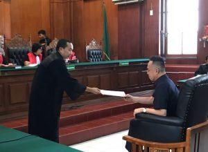 JPU Darwis saat memberikan surat tuntutan kepada Henry J Gunawan pada sidang yang digelar di PN Surabaya, Rabu (14/11/2018).