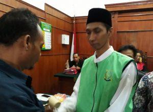 Wisnu Cokro Buono, warga Jalan Sidotopo Wetan Mulyo Surabaya usai menjalani sidang.