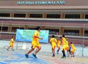 Tim handball IBU Malang saat melakukan persiapan untuk Rektor Unesa Handball Championship III.