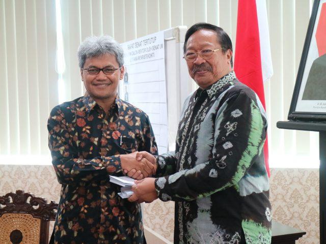 Sekjen Kemenristekdikti Ainun Naim (kiri) bersama Ketua Senat UM Suko Wiyono