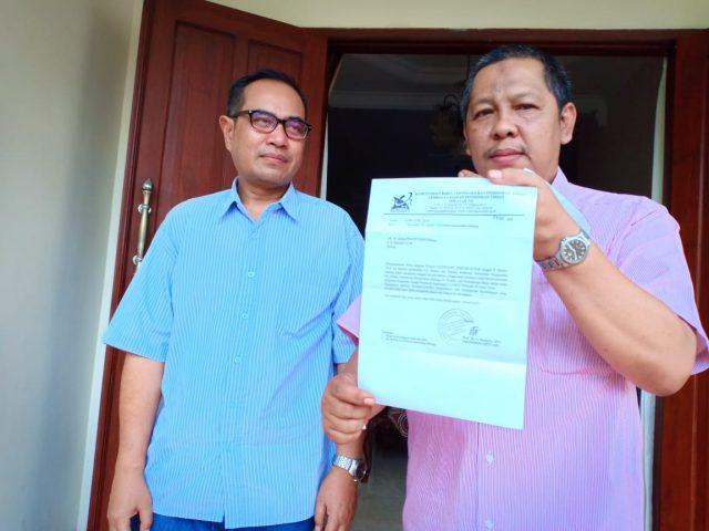 Pjs Rektor Unikama Dr Koento Adji Koerniawan saat menunjukkan surat dari L2DIKTI Wilayah VII Jatim.