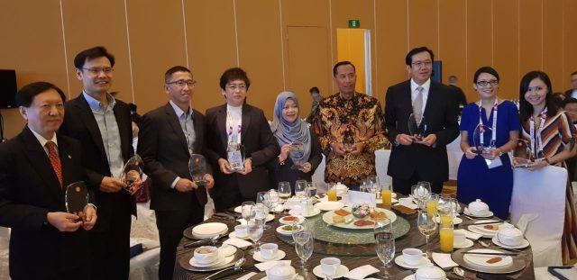 Rektor UMM Dr Fauzan MPd disela-sela menerima ASEAN Energy Awards di Singapura.