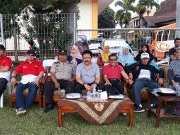 Wawali Punjul Santoso (berkaos merah) didampingi Ketua DPRD Kota Batu Cahyo Edi Purnomo saat menyaksikan final WMS di Lapangan Desa Punten, Kecamatan Bumiaji, Kota Batu.