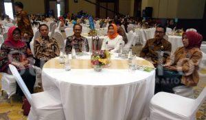 Walikota Dewanti Rumpoko didampingi  Kabag Humas Suliyanah, Kadis Pertanian, Sugeng Pramono dan Plt Kadis Kominfo, Siswanto kala mengikuti prosesi jelang penerimaan penghargaan Top IT 2018.
