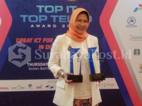 Walikota Batu Hj Dewanti Rumpoko kala menerima dua penghargaan penghargaan Top Leader IT Leadership 2018 dan Award Among Tani IT on Agro Aplication di Golden Ballroom The Sultan Jakarta