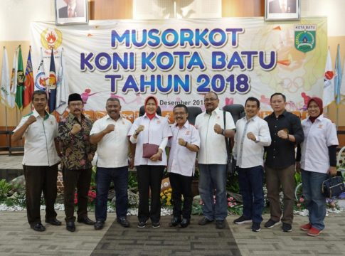 Walikota Batu Hj Dewanti Rumpoko posesif bersama usai membuka Musorkot KONI Batu.