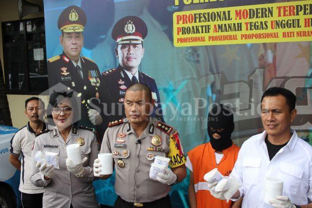 Kapolres Malang Kota AKBP Asfuri saat didampingi Kasat Reskoba AKP Syamsul Hidayat dan Kasubbag Humas Ipda Marhaeni.
