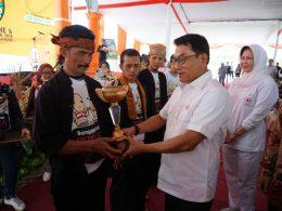 Kepala Staf Kepresidenan Moeldoko menyerahkan piala pada peserta kontes Kambing dan domba.