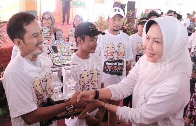 Walikota Batu Dewanti Rumpoko menyerahkan piala pada pemenang kontes kambing Piala Presiden 2018