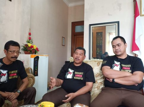 Foto : Kepala Kejari Kota Malang, Amran Lakoni (tengah) didampingi Kasi Pidsus, Ujang Supriyadi (kanan) serta Kasubag BIN, Heru Budi Wiyoto (kiri).