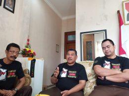 Kajari Kota Malang Amran Lakoni disela bagi -bagi stiker didampingi Kasi Intel Reza Prasetyo serta Kasi Pidsus, Ujang Supriyadi dan Kasubag Bin, Heru Budi Wiyoto