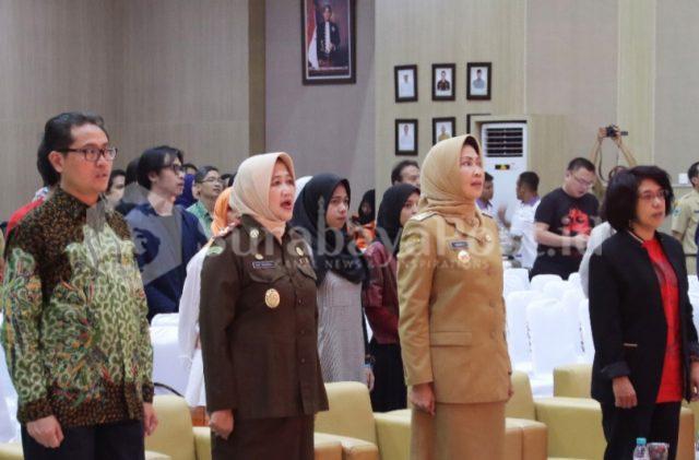 Walikota Batu Dewanti Rumpoko diapit Kajari Nur Chusniah dan Suciwati istri pejuang HAM Munir kala merayakan HUT Museum Omah Munir di Balaikota Among Tani Kota Wisata Batu.