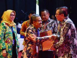 Wawali Punjul Santoso saat menerima penghargaan Kota Peduli HAM