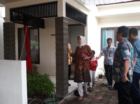 Wali Kota Dewanti Rumpoko meninjau rumah hunian pinjam pakai buat veteran yang peresmiannya tak dihadiri anggota DPRD Kota Batu.