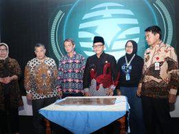 Wali Kota Sutiaji (tengah) kala meresmikan TCC PDAM Kota Malang