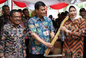 Wali Kota Hj Dewanti Rumpoko didampingi Sekkota Zadiem Effisiensi dan Wawali Punjul Santoso kala hendak menanam pohon mangga.