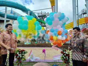Owner Hawai Waterpark Malang Yogi Kurniawan (kiri) dan Dirut Hawai Waterpark Bambang Judo Utomo saat melaunching Jet Coaster Slide, Sabtu (15/12/2018).