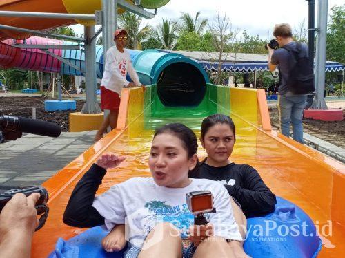 Wisatawan yang mencoba sensasi Jet Coaster Slide setelah dilaunching di Hawai Waterpark Malang