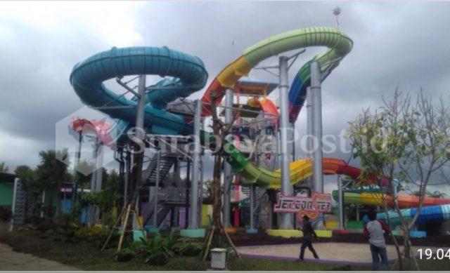 Jet Coaster Slide di destinasi wisata Hawai Waterpark Malang ini sangat mengasyikkan untuk uji nyali.