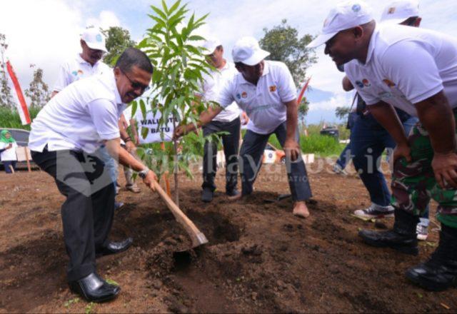Wawali Punjul Santoso menanam pohon di kawasan Jl Jalibar, Oro-oro Ombo Kota Batu saat merayakan HMPI 2018.