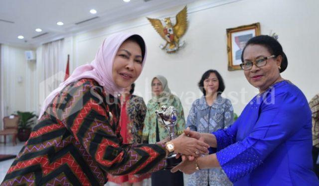 Wali Kota Hj Dewanti Rumpoko menerima penghargaan dari Menteri PPPA Yohana Yembise