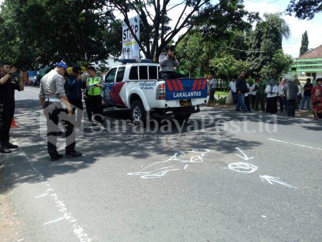 Polisi Satlantas Polres Malang Kota melakukan reka ulang kecelakaan Briptu Dodik Restu Purnomo anggota Patwal Polres Mojokerto
