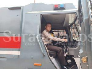 Waka Polres Malang Kota, Kompol Bambang Christanto saat    mencoba kendaraan taktis di halaman Polres Makota