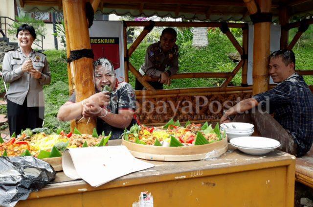 Kasat Reskrim Polres Batu, AKP Anton Widodo (kiri) bersama anggota PPA Bripka Supriyanto dapat surprise dari keluarga besar Polres Batu kala ulang tahun.