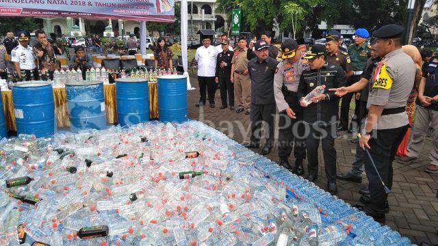 Detik-detik jelang pemusnahan miras dan narkoba yang dilakukan Polres Makota.