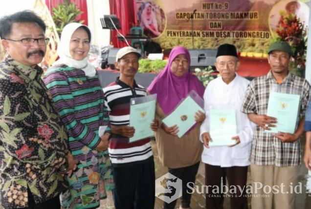 Walikota Batu, Dewanti Rumpoko bersama Ketua DPRD Kota Batu, Cahyo Edi Purnomo dan warga penerima sertifikat