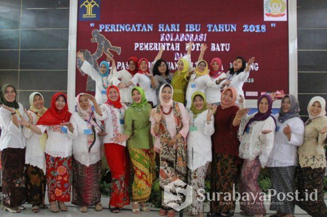 Wali Kota Batu Hj Dewanti Rumpoko kala bersama keluarga besar LP Wanita di Sukun, Kota Malang, Jatim
