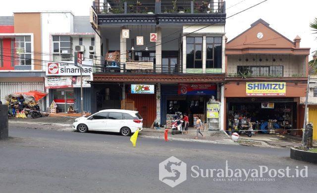 Penutupan jalan putar balik di kawan Jalan Dewi Sartika Kota Batu ini dikritik wisatawan karena dinilai merusak keindahan Kota Batu.