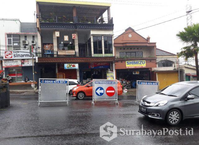 Jalan untuk putar balik (uturne) di kawasan Jalan Dewi Sartika ini sudah ditutup pakai rambu-rambu lalu lintas yang baik dan layak.