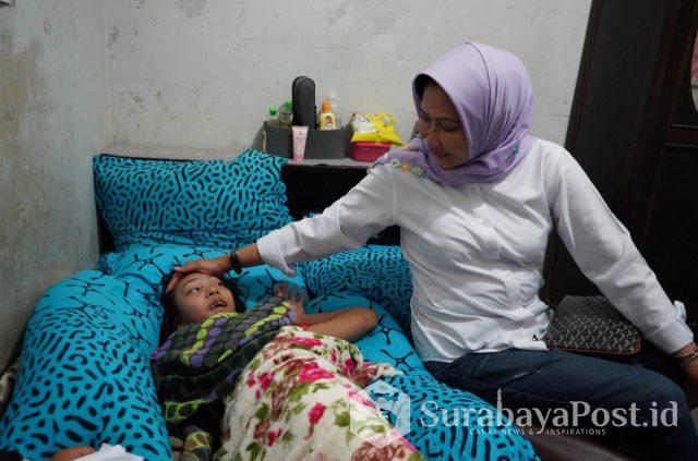 Wali Kota Hj Dewanti Rumpoko saat menyerahkan bantuan pada warga disabilitas.