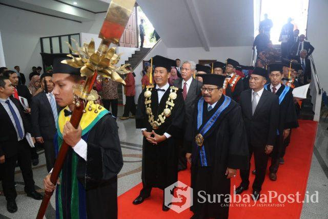 Rektor UMM Dr Fauzan MPd bersama Dr H Soekarwo SH MH MBA saat menjalani proses penganugerahan gelar Doktor Honoris Causa pada Gubernur Jatim itu.