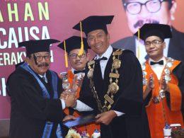 Rektor UMM Dr Fauzan MPd kala mememerikan ucapan selamat kepada Dr H Soekarwo SH MH MBA usai menerima gelar Doktor Honoris Causa di kampus UMM