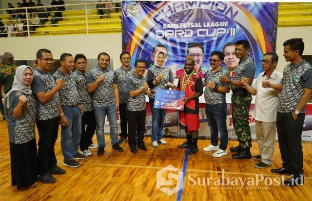 Wali Kota Batu Hj Dewanti Rumpoko menyerahkan hadiah pada Para juara Futsal League II DPRD KWB.