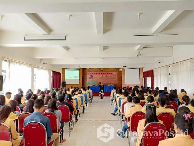 Dosen dan mahasiswa Unidha Malang saat mengikuti kuliah tamu tentang revolusi industri 4.0 terkait akuntansi.