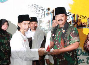 Panglima TNI Marsekal TNI Hadi Tjahjanto menyerahkan tumpeng yang menandai launching sambung oyot