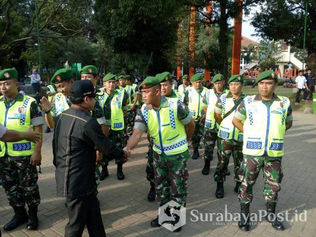 Wali Kota Sutiaji menyalami para personel pengamanan pergantian tahun baru.
