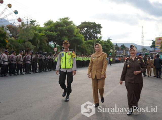 Wali Kota Dewanti Rumpoko bersama Kajari Kota Batu, Nur Chusniah saat inspeksi kesiapan pasukan pengamanan pergatian tahun Batu.
