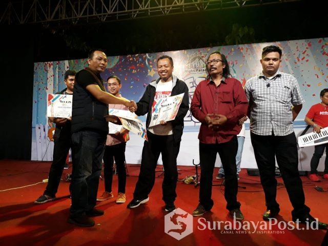 Ketua Panitia Cahyono menyerahkan hadiah kepada para pemenang Lomba Karya Jurnalistik di Hawai Waterpark Malang.