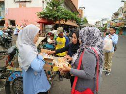 Gerakan Milenial Indonesia (GMI) Malang Raya, pendukung Capres-Cawapres Prabowo-Sandi melakukan Baksos di Pasar Besar Malang, Jatim.