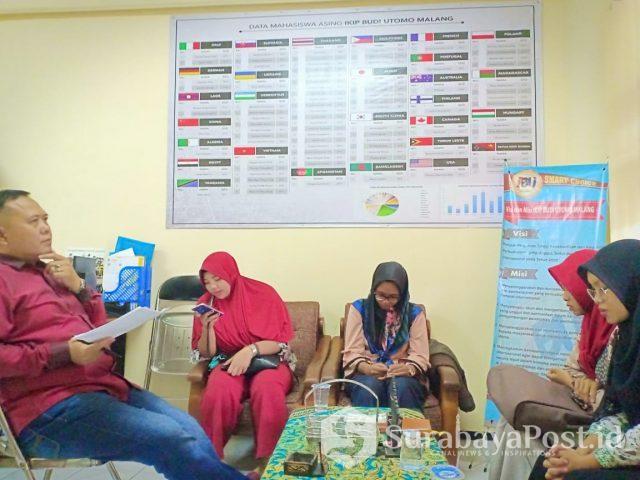 Kepala Pusat Kerjasama dan Humas IKIP Budi Utomo Malang, Dr Rochsun MKes saat menguji peserta tes seleksi magang mengajar di Thailand.