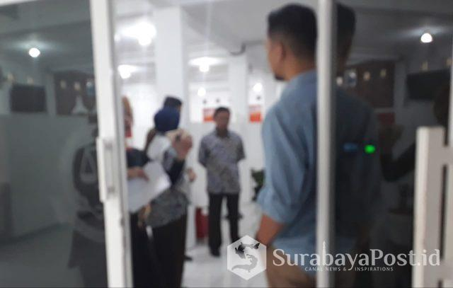 Kajari Kota Batu, Sry Heny Alamsari saat memberikan pengarahan informal pada stafnya di hari pertama masuk Kantor Kejari Kota Batu.