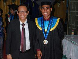 Yulius Umbu Dawa Aras alumni 2016 saat berfoto bersama Rektor IKIP Budi Utomo Malang Dr Nurcholis Sunuyeko. Yulius diterima menjadi CPNS untuk Guru Matematika Ahli Pertama di SDN Anarita, Kabupaten Sumba Tengah, NTT.