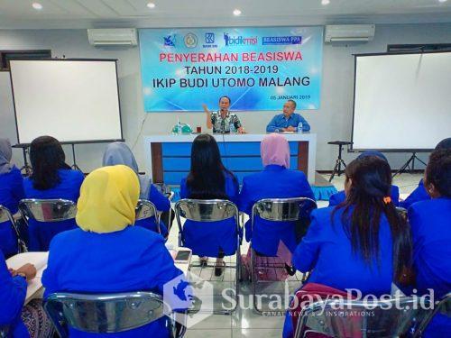 Rektor IKIP Budi Utomo Malang Dr Nurcholis Sunuyeko memberikan pengarahan pada mahasiswa penerima beasiswa.