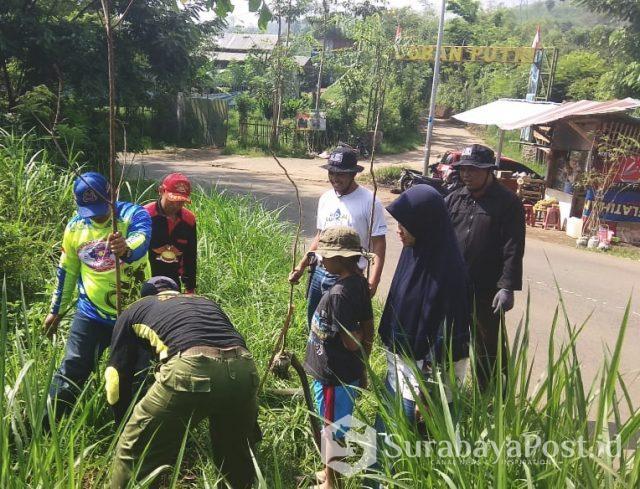 Warga dari berbagai komunitas lakukan penghijauan di kawasan Kota Batu.